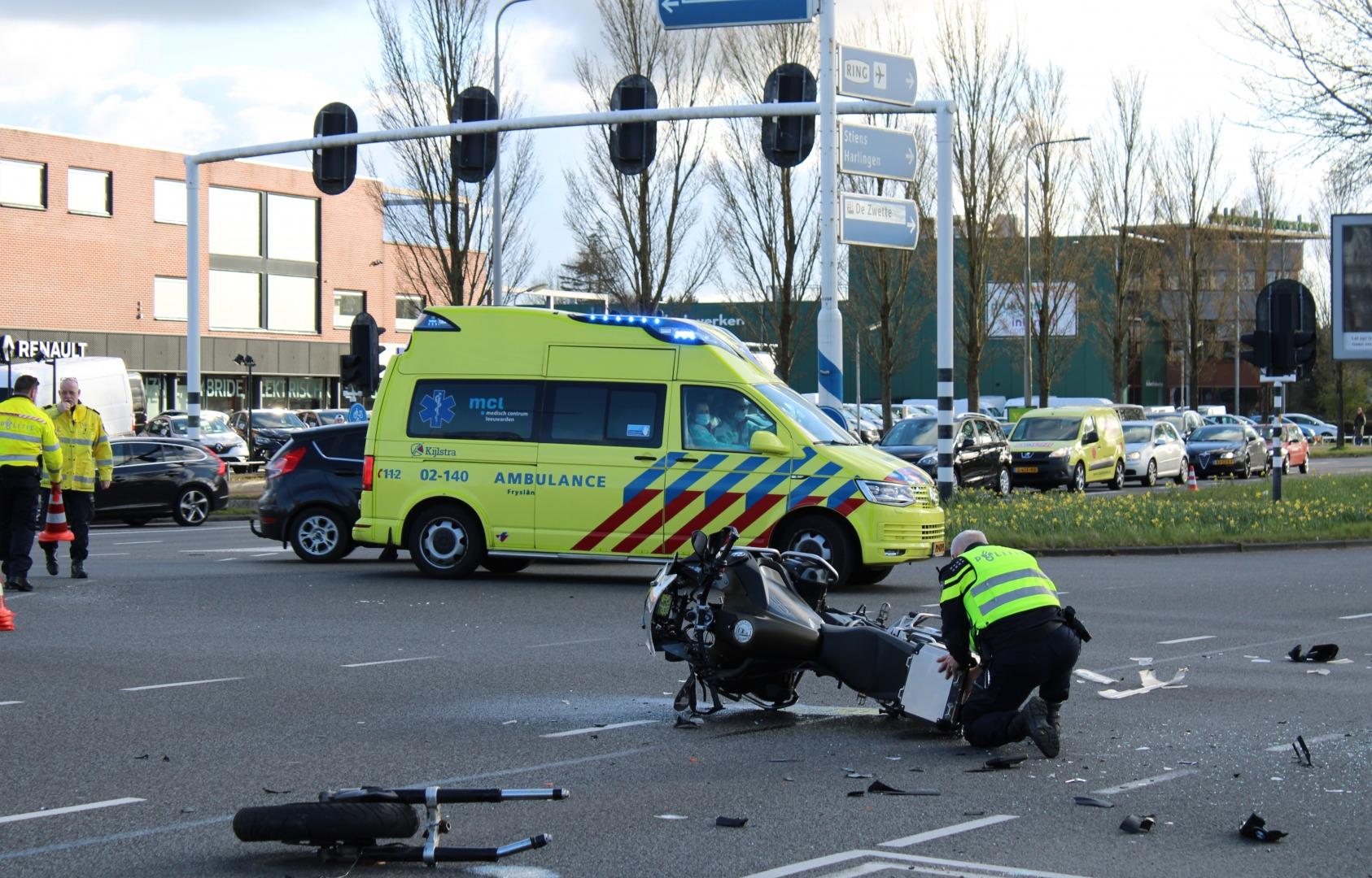 Motorrijder gewond na forse botsing op kruising.