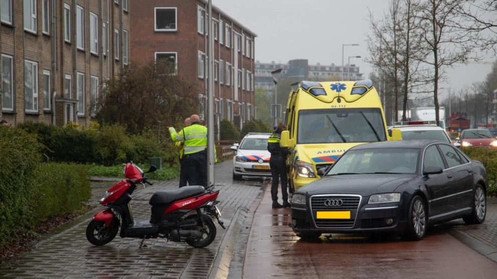 Auto raakt scooter tijdens uitrijden van parkeervak; scooterrijder gewond