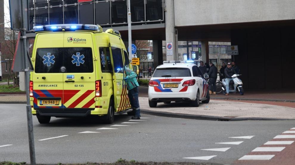 Vrouw raakt ernstig gewond na aanrijding met auto op rotonde