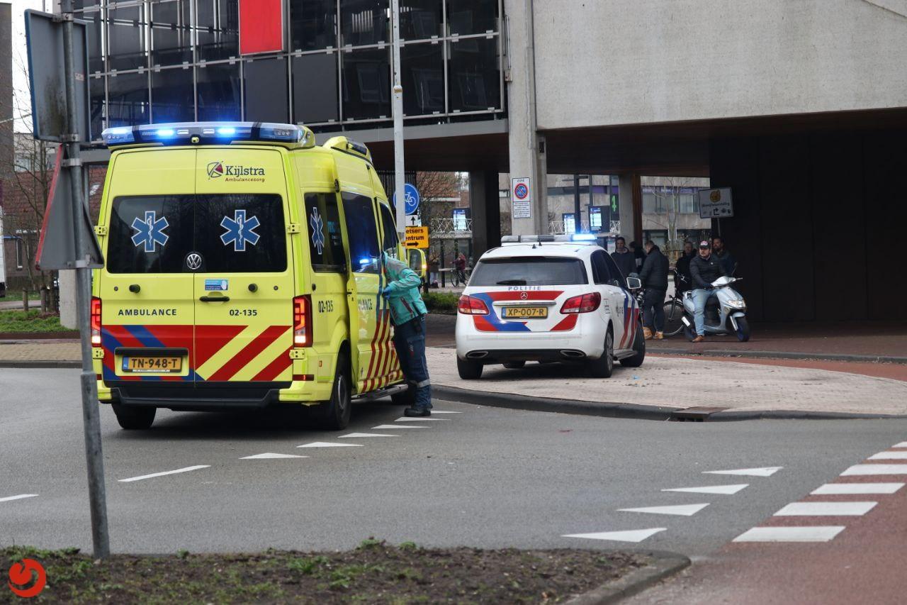 Vrouw raakt ernstig gewond na aanrijding met auto op rotonde.