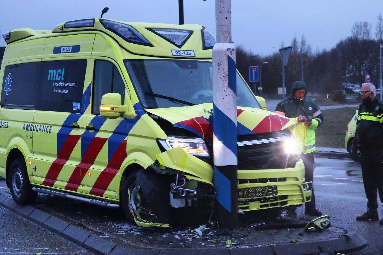 Ambulancepersoneel naar ziekenhuis na ongeval met ambulance.