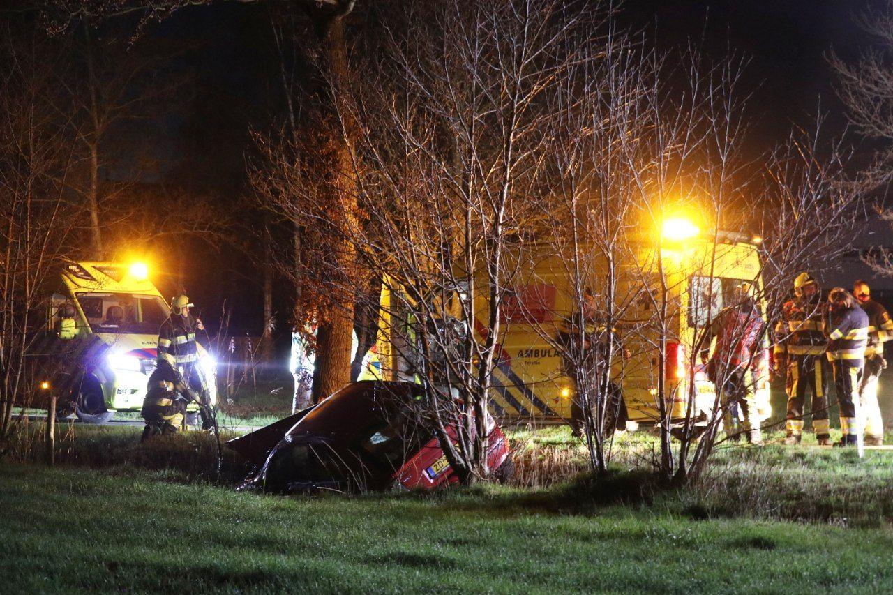 Bestuurster belandt met auto in greppel na botsing met boom.