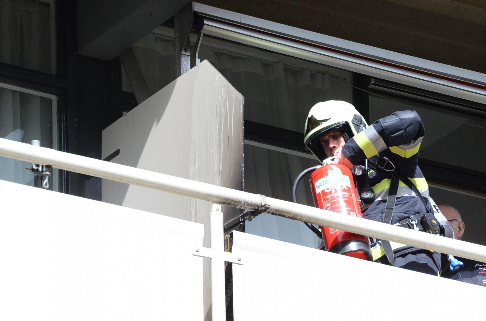 Wasmand in brand op balkon