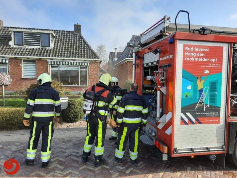 Vriezer vat vlam in garagebox; veel rook