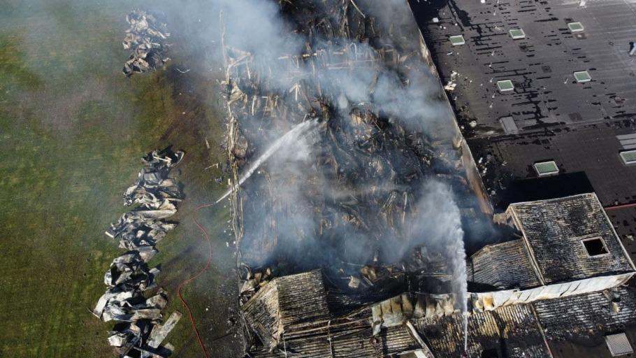Schade na grote brand snoepfabriek bij daglicht