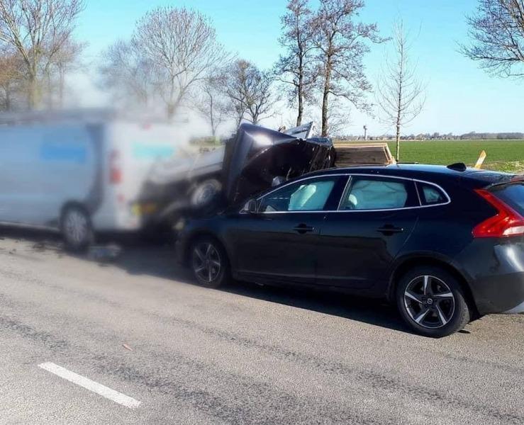 Automobiliste botst achterop aanhanger