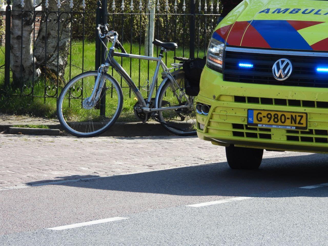 Overstekende fietser gewond na aanrijding met auto.