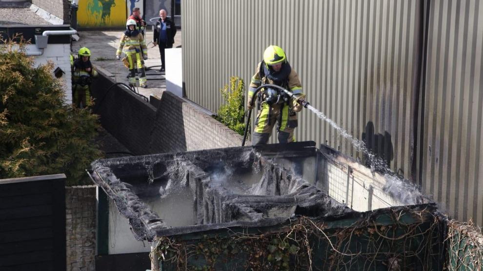 Dak van schuurtje gaat in vlammen op; brandweer voorkomt overslag