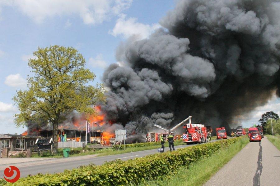 Houtbedrijf in Noardburgum verwoest door grote uitslaande brand