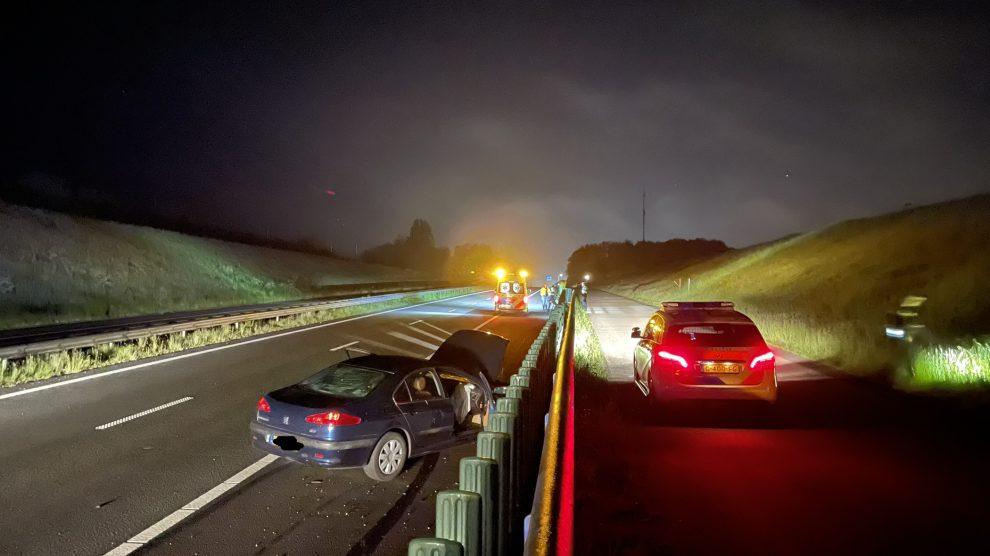Auto botst tegen vangrail in Grou; bestuurder onder invloed