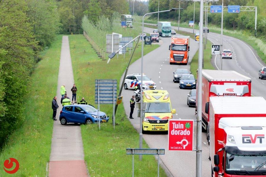 Automobiliste botst tegen lantaarnpaal in Drachten