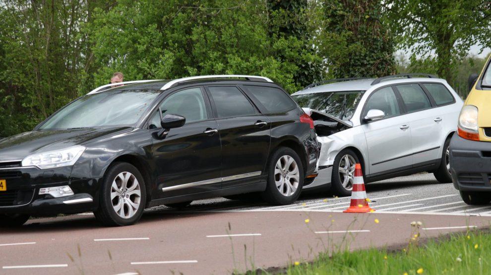 Twee auto's met elkaar in botsing in Drachten