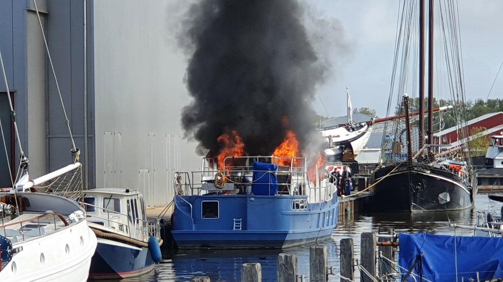 Motorjacht volledig uitgebrand in Harlingen