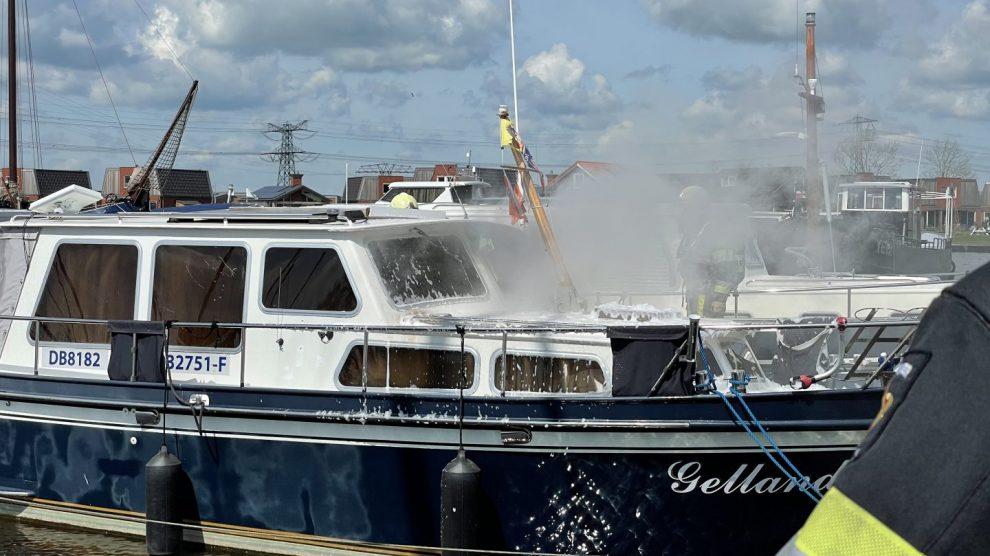 Kruiser brandt uit in jachthaven Akkrum