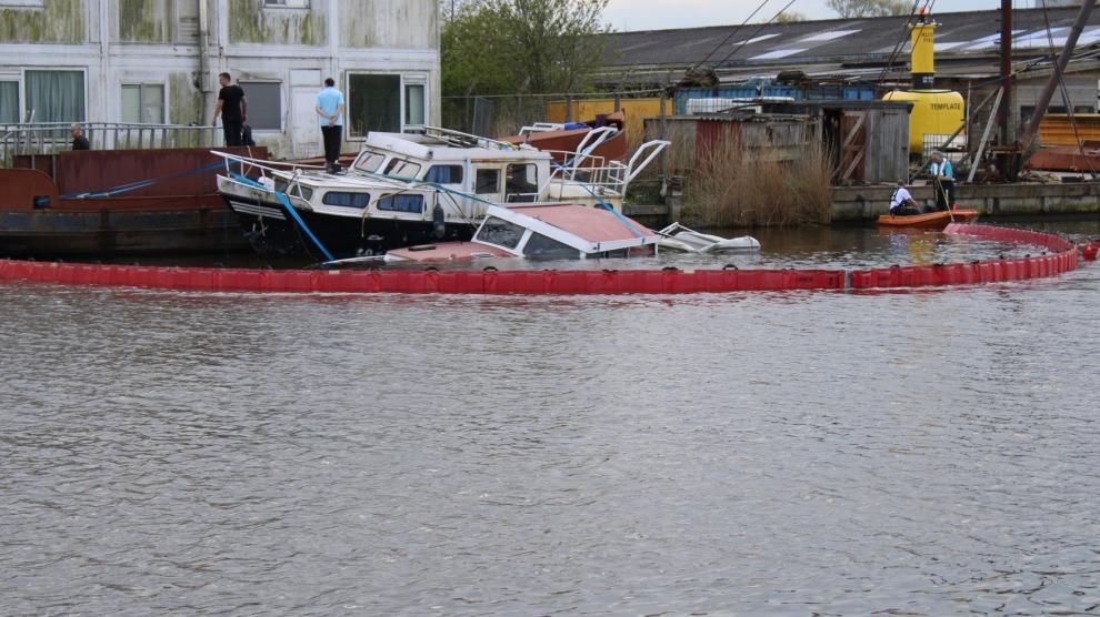 Brandweer plaatst olieschermen vanwege gezonken bootje