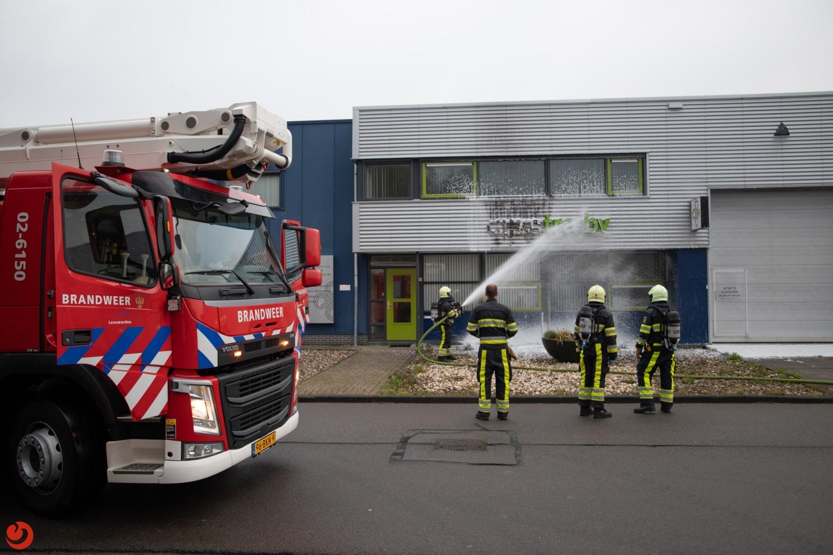 Gevelreclame van bedrijf in brand
