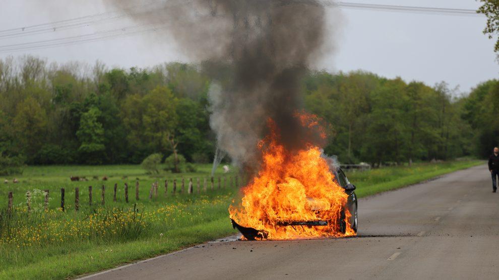 Personenauto brandt volledig uit bij Burgum