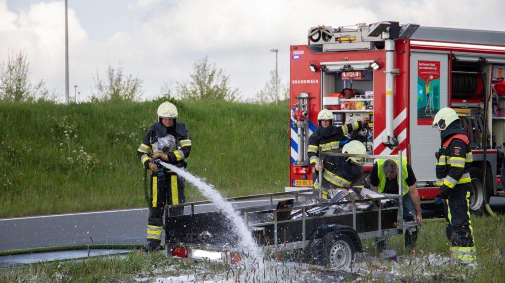 Aanhanger vliegt in brand tijdens het rijden in Leeuwarden