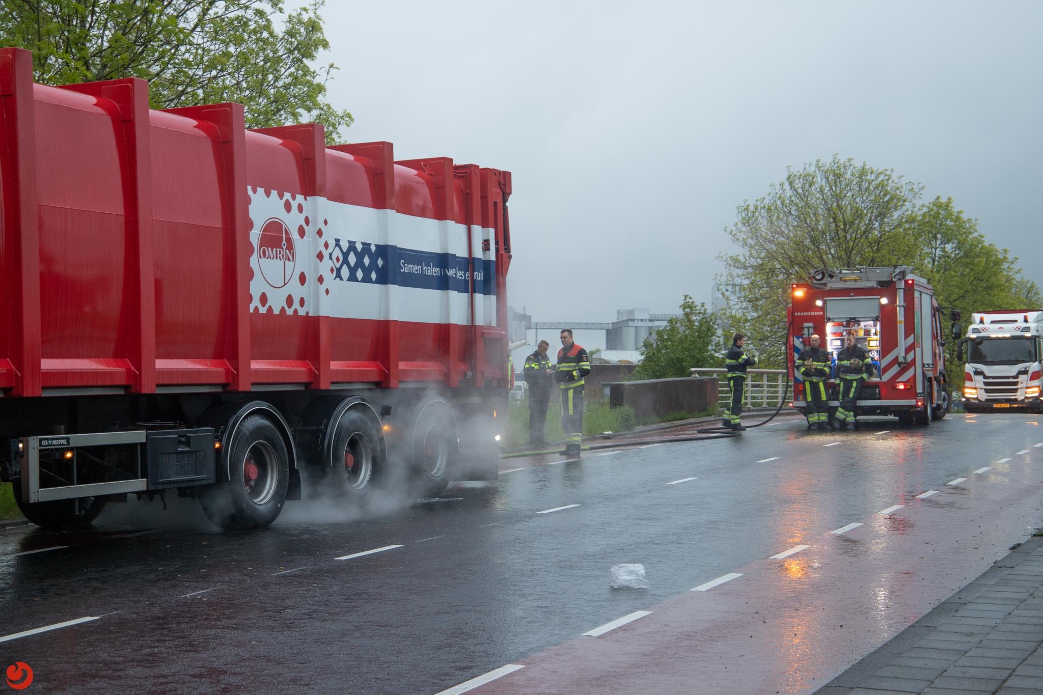 Brandweer koelt vrachtwagen met vastgelopen remmen in Leeuwarden