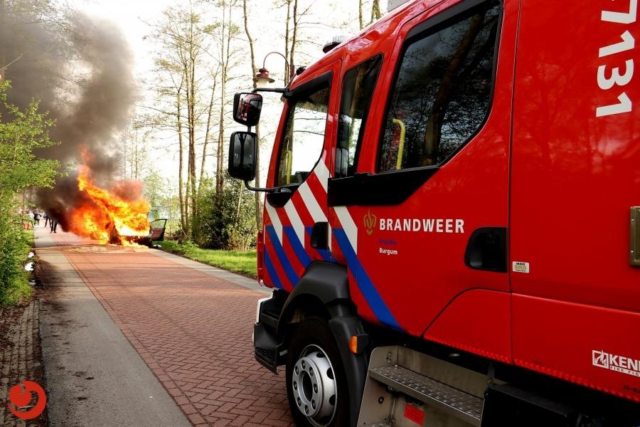 Auto gaat in vlammen op tijdens het rijden