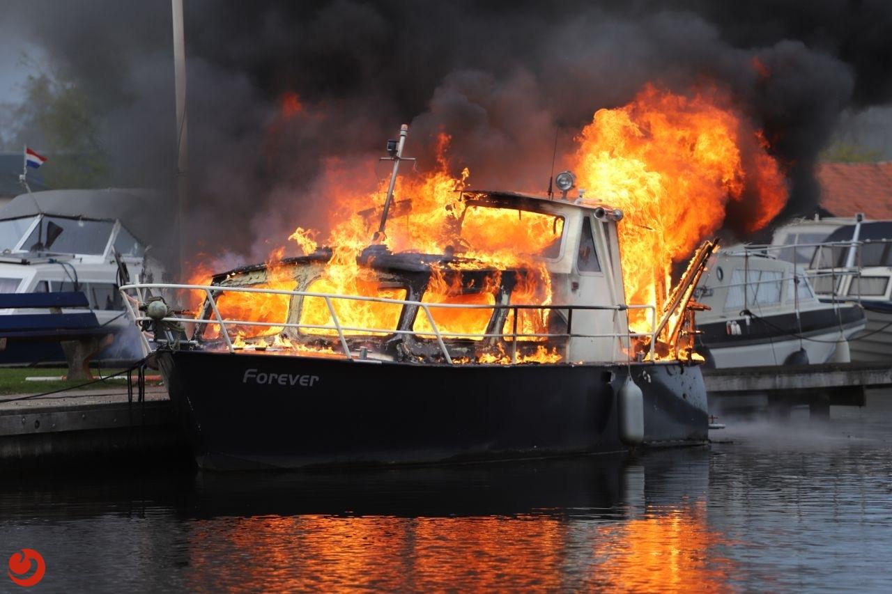 Drie gewonden bij explosie en brand op jacht