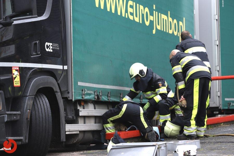 Lekkende dieseltank; brandweer ruimt diesel op in Noordwolde