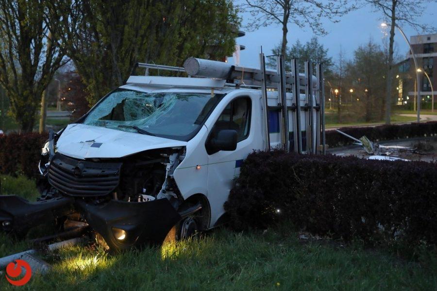 Bestuurder onder invloed crasht met busje tijdens achtervolging