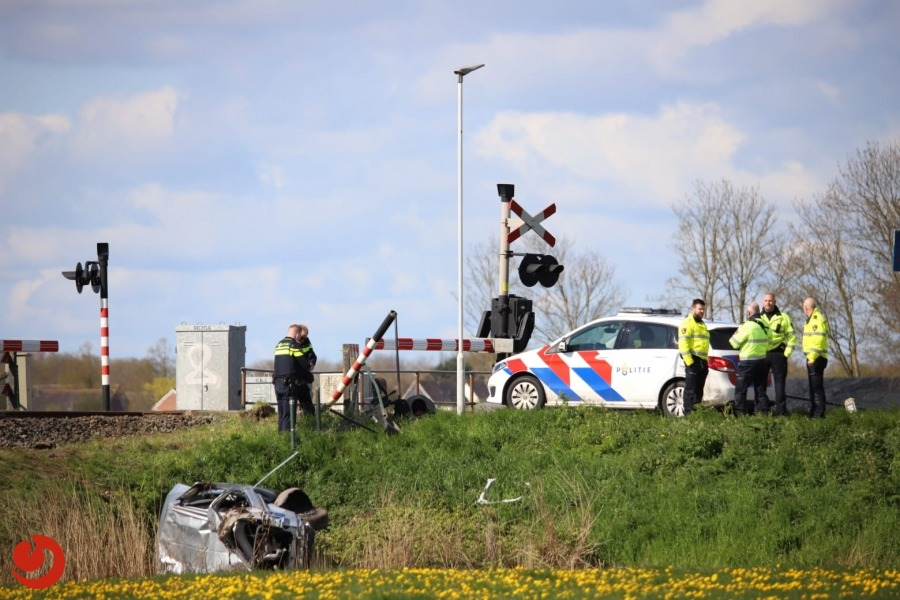 Trein en auto in botsing op overweg; bestuurder gewond