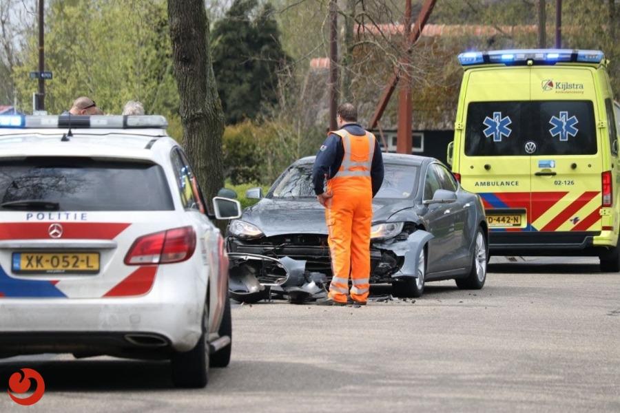 Veel schade bij aanrijding met twee auto's