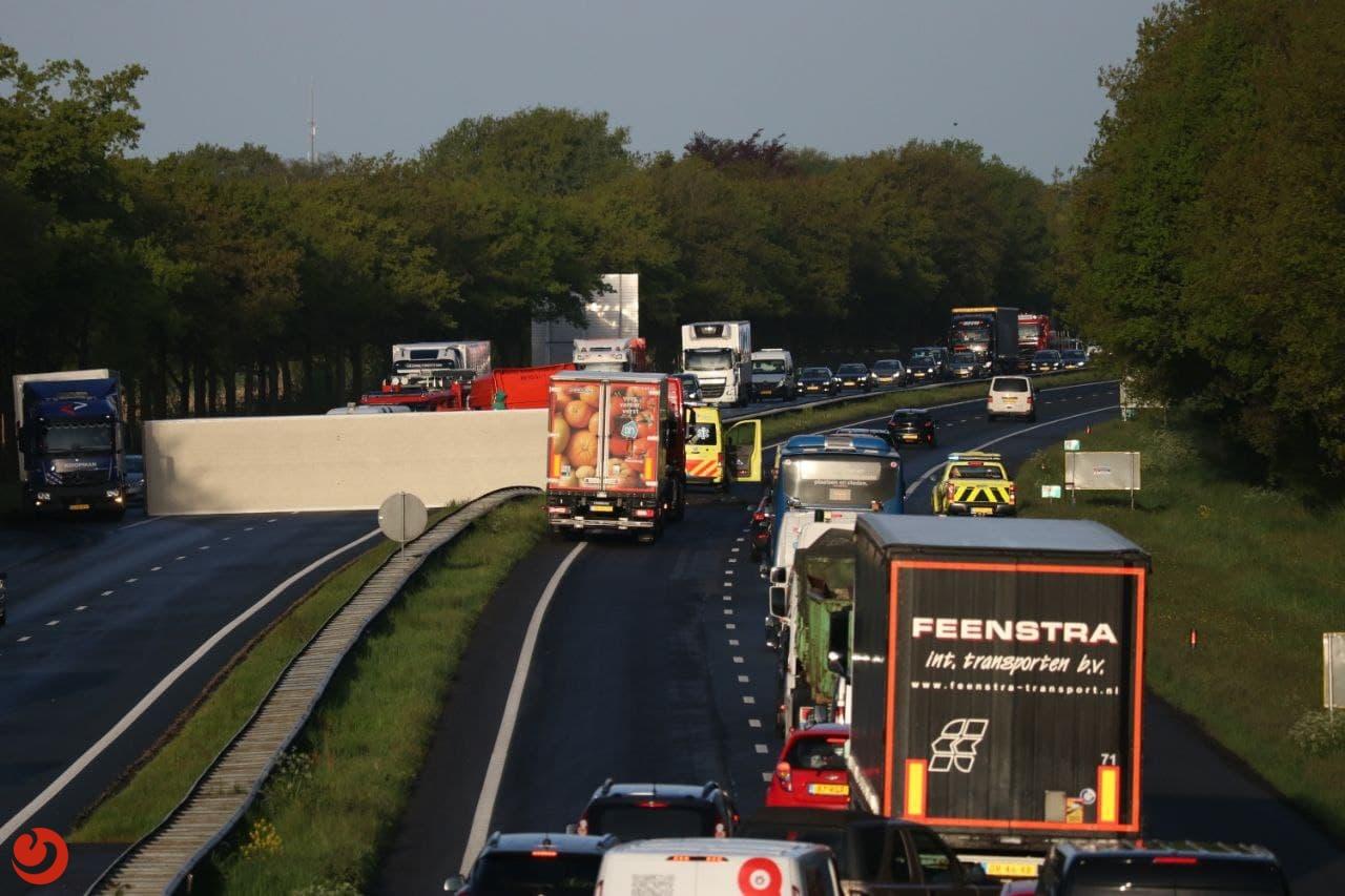 Berging vrachtwagen en gekantelde trailer bij Drachten in volle gang.