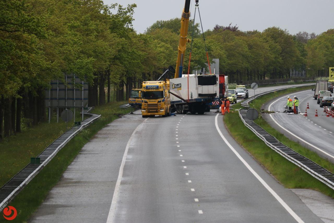 Berging vrachtwagen en gekantelde trailer bij Drachten in volle gang