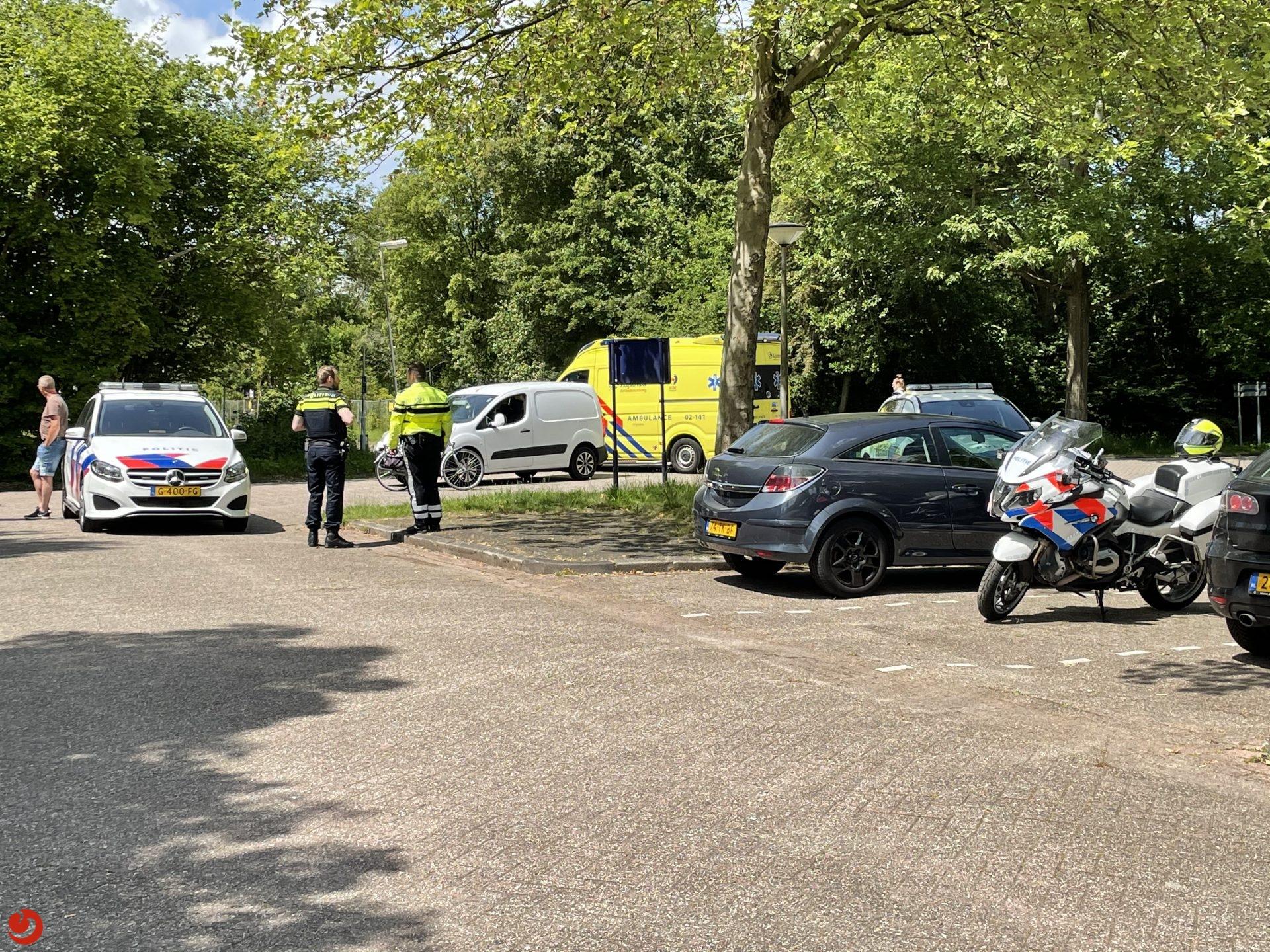 Fietsster gewond bij aanrijding met busje in Leeuwarden.