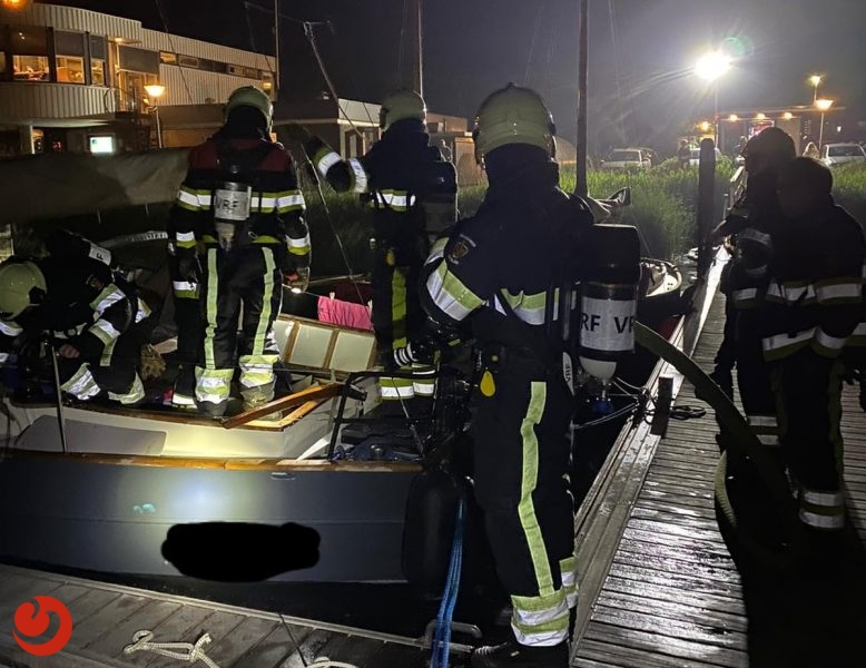 Brand op bootje in passantenhaven Workum