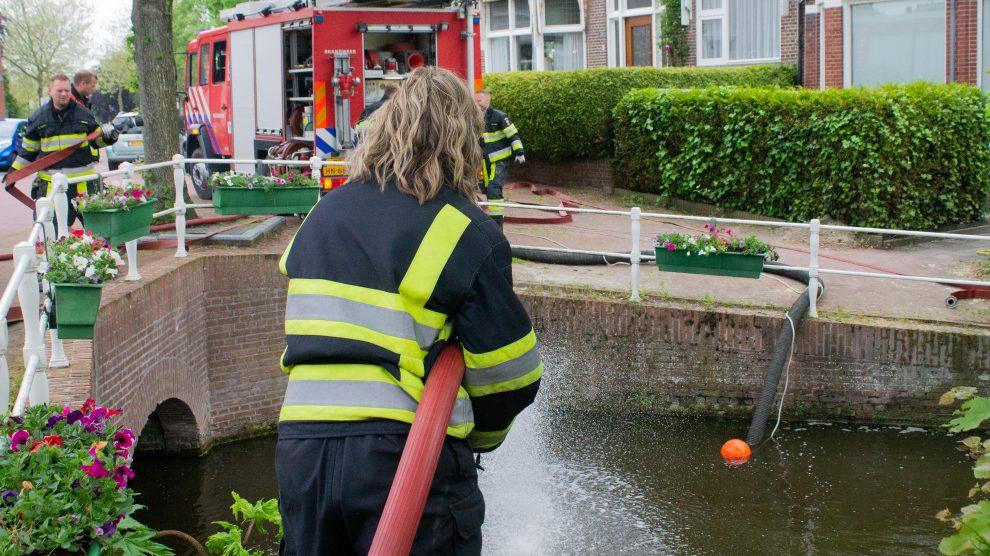 Brandweer ingezet voor aanvoeren van zuurstof in gracht Dokkum