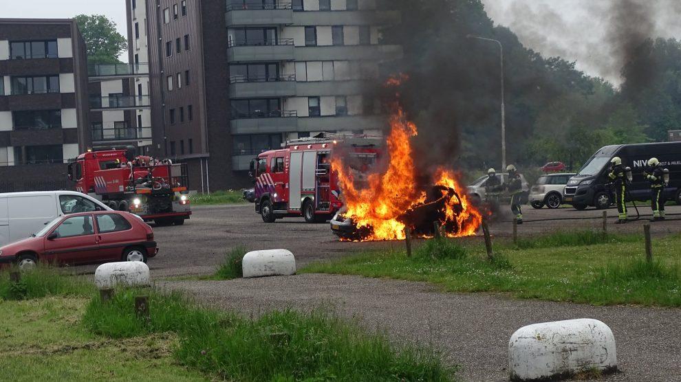 Auto in lichterlaaie op parkeerterrein Heerenveen