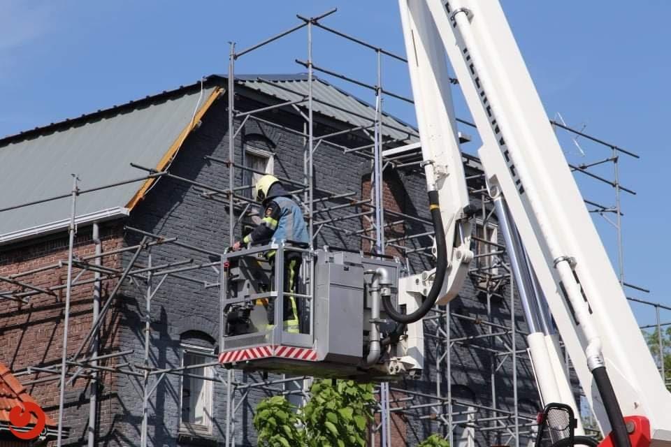 Werkzaamheden veroorzaken dakbrand in Langezwaag