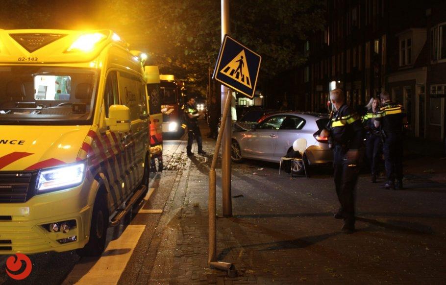 Geparkeerde auto total loss na forse aanrijding in Leeuwarden