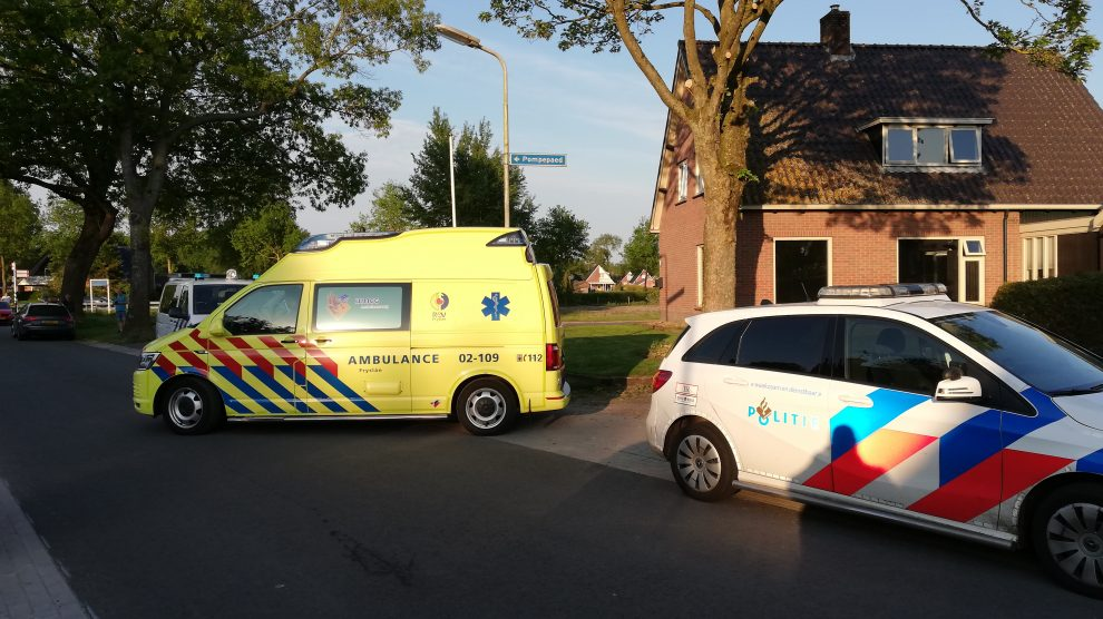 Man zwaargewond na val door dak in Kollumerzwaag