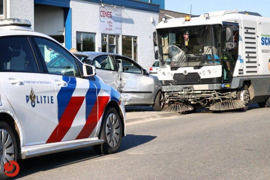 Bestuurster gewond na botsing met veegwagen in Drachten