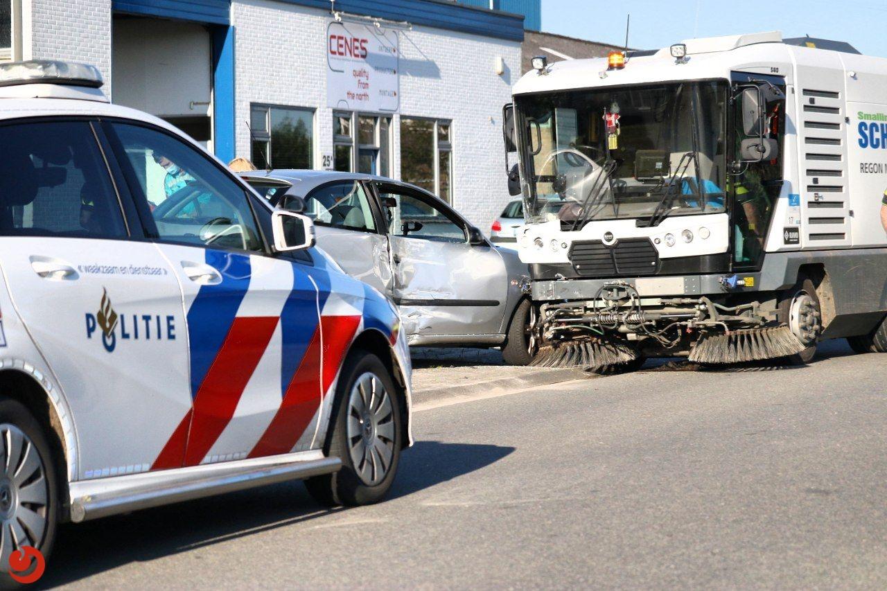Bestuurster gewond na botsing met veegwagen in Drachten.