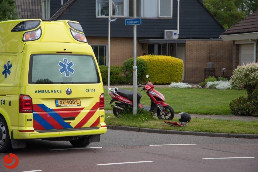 Scooterrijdster gewond na aanrijding met auto in Stiens