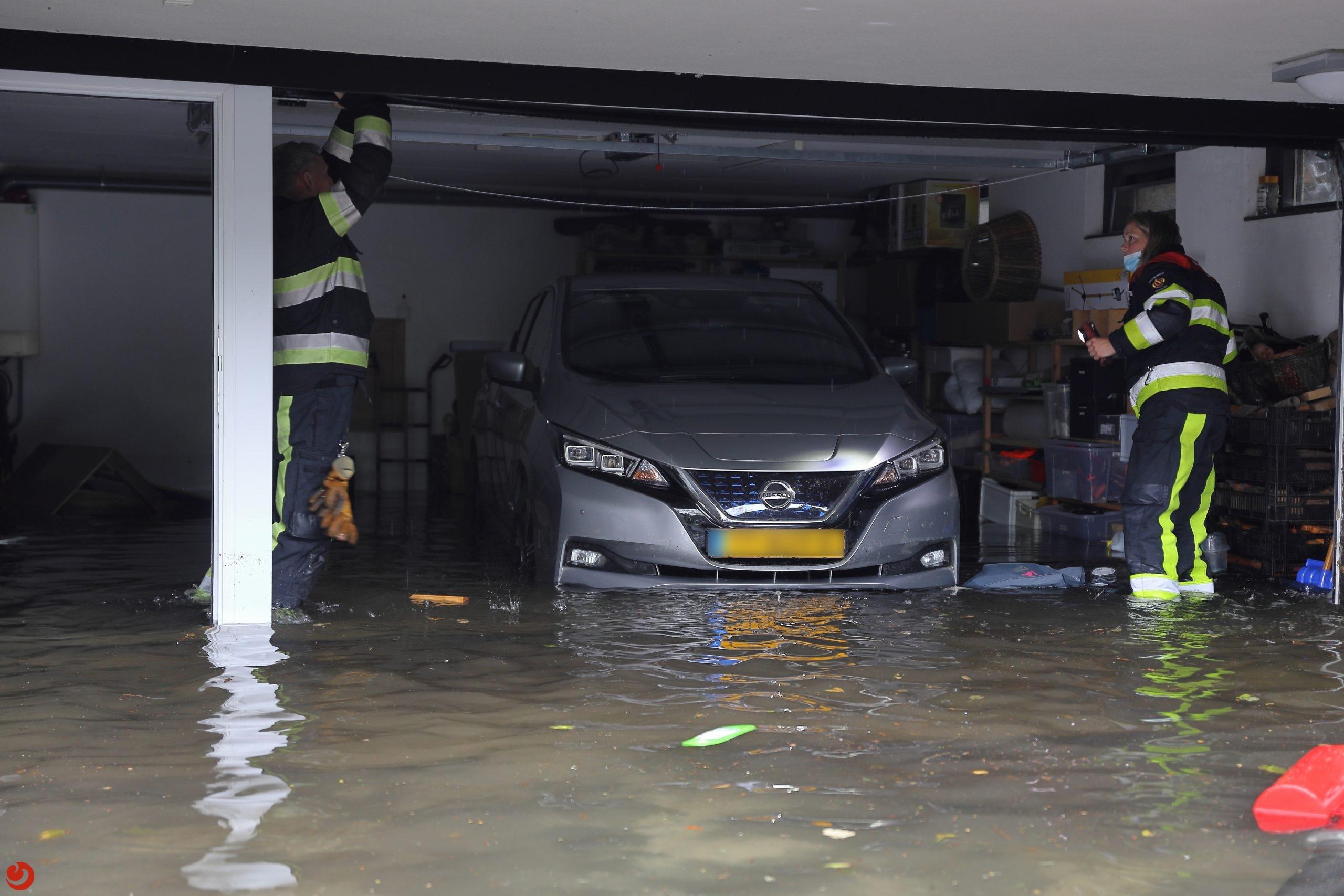 Brandweer druk met wateroverlast na onweer in Fryslân