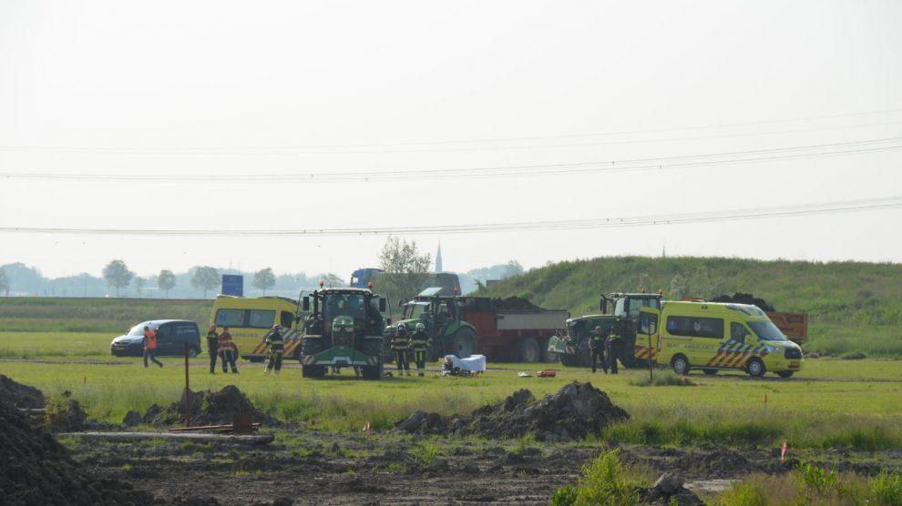 Ernstig ongeval met trekker en kipper op bouwterrein Techum