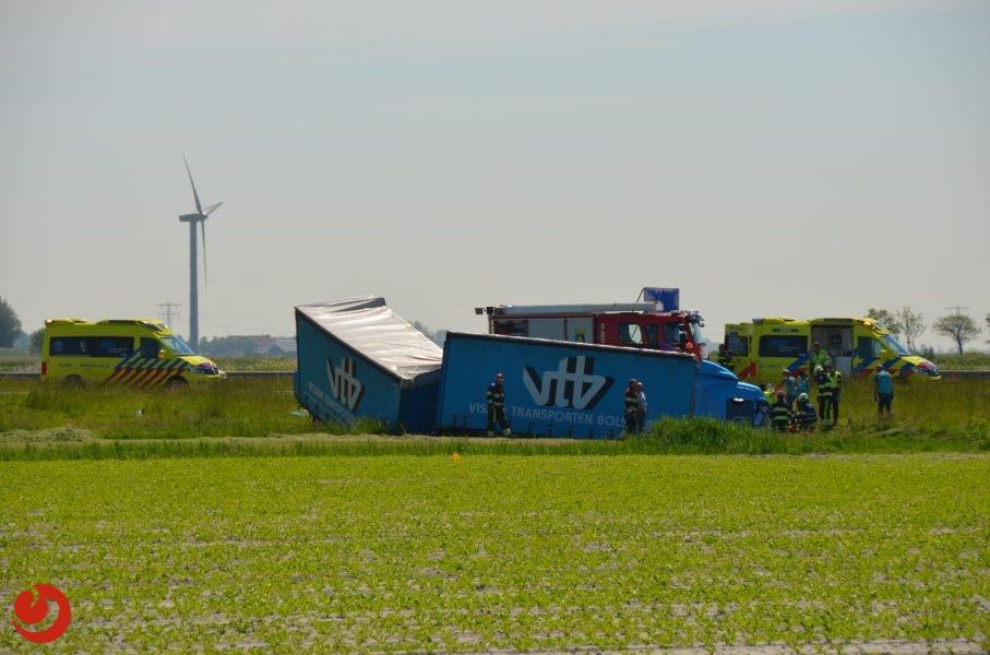 Ernstig ongeval; vrachtwagen belandt in sloot naast A31 bij Midlum