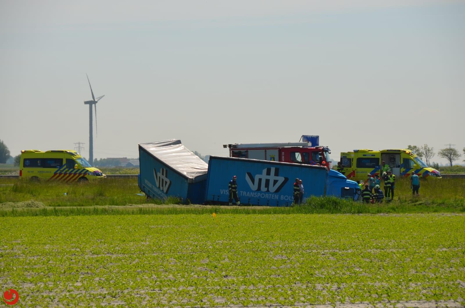 Ernstig ongeval; vrachtwagen belandt in sloot naast A31 bij Midlum.