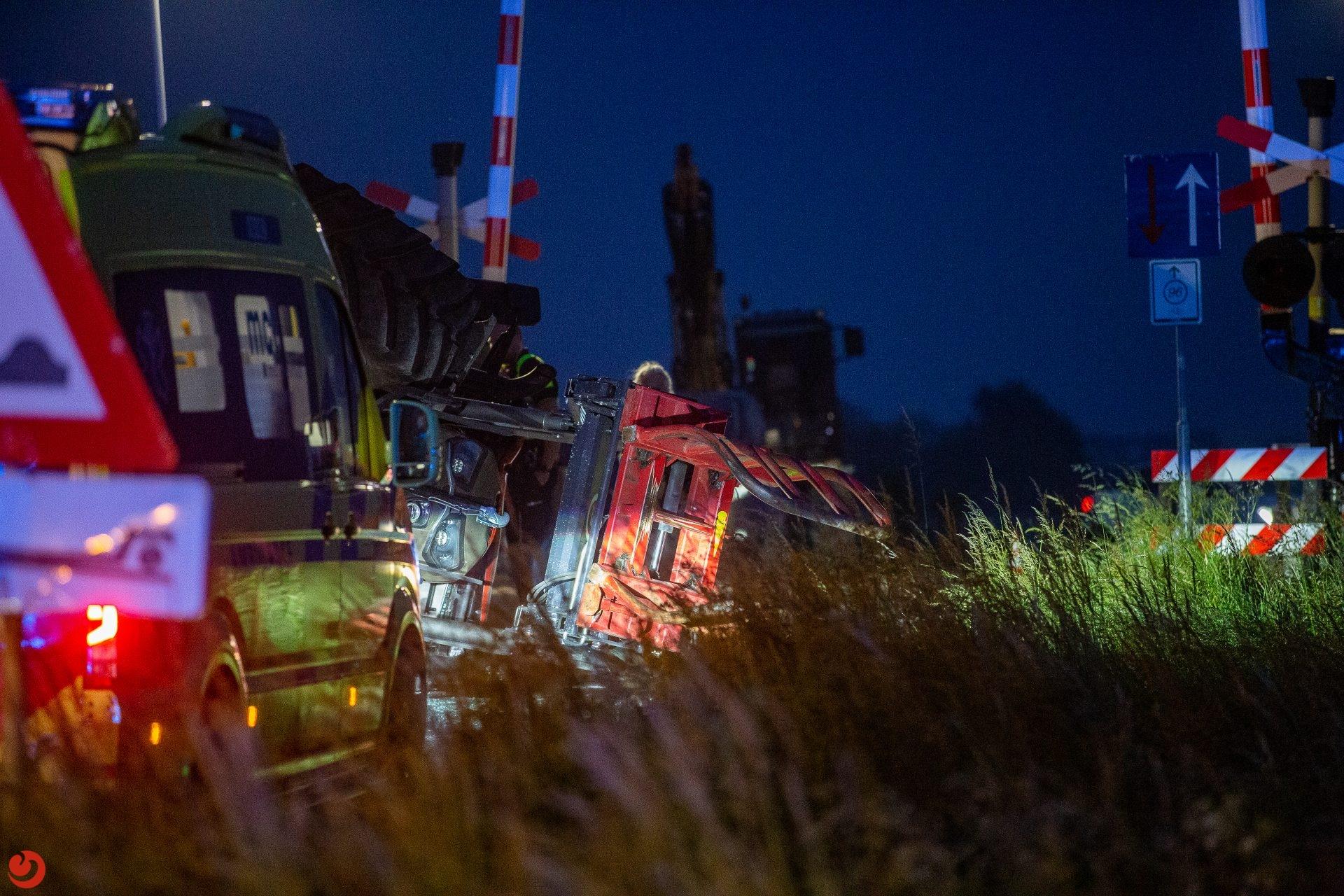 Tractor belandt op zijn kop bij ongeval in Harlingen.