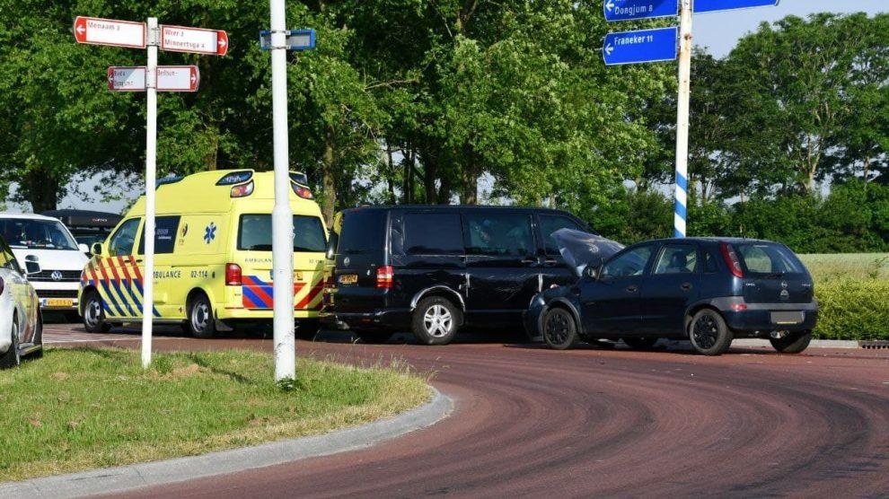 Auto's in botsing op kruising in Berltsum