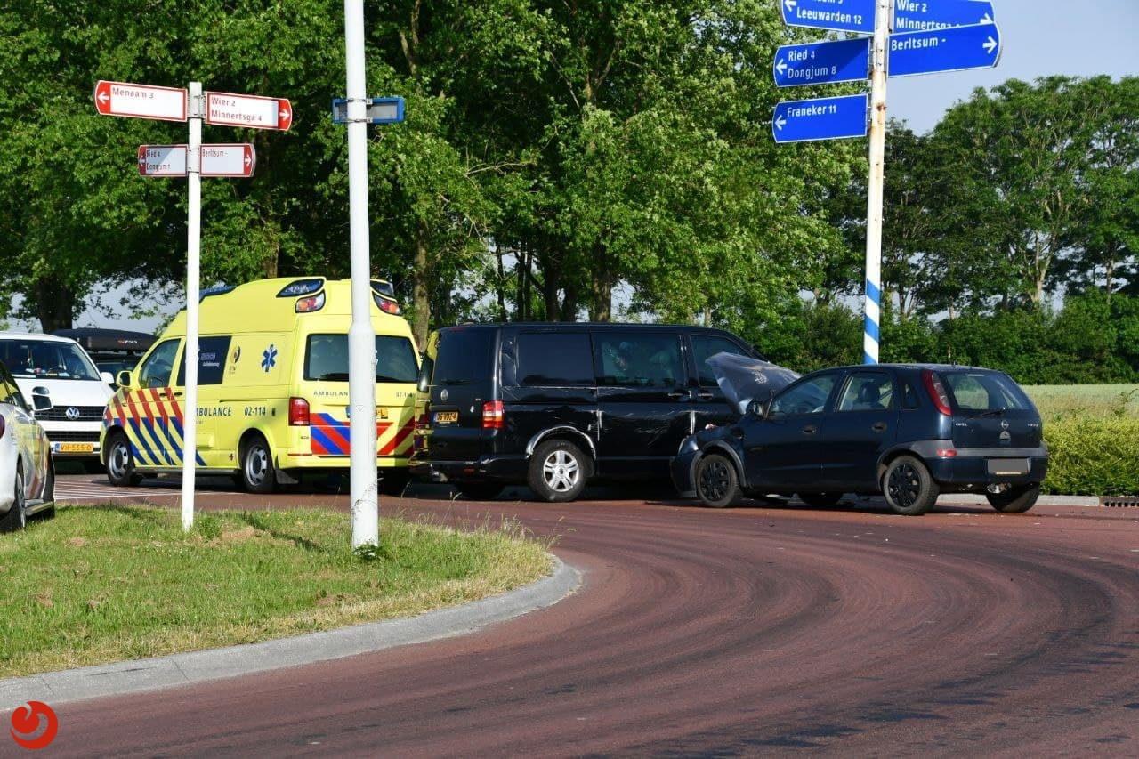 Auto's in botsing op kruising in Berltsum.