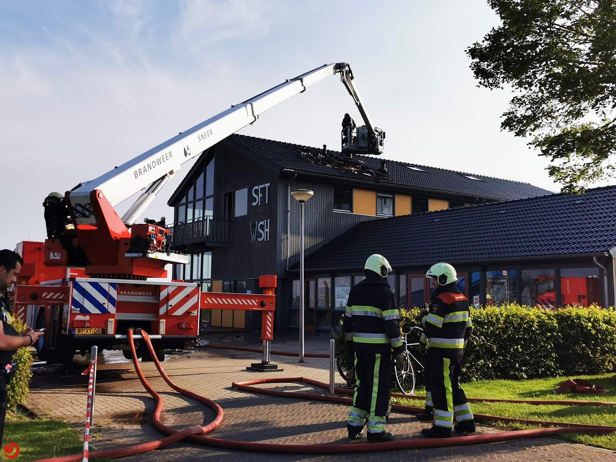 Grote uitslaande dakbrand in Heeg