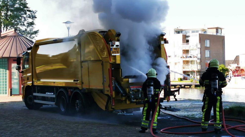 Lading afval in vuilniswagen vliegt in brand in Sneek